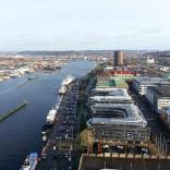 """Blick vom Skanskaskrapan (""""Lipstick"""") auf Hafen und Hotel-Schiff"""