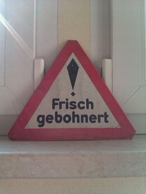 Schild mit der Aufschrift 'Frisch gebohnert'