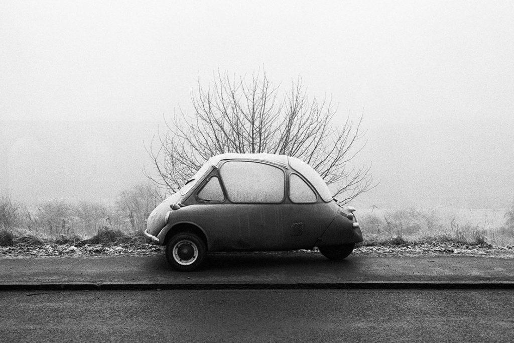 Foto von Martin Parr zeigt eine Isetta (Oldtimer-Kfz)  im Winter